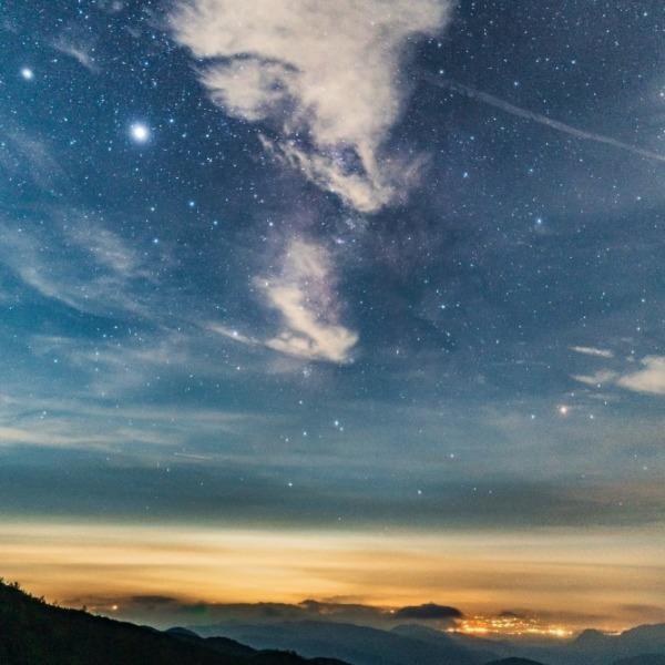 星空を横切る飛行機雲