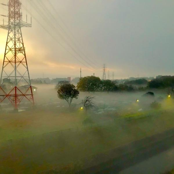 濃霧と鉄塔