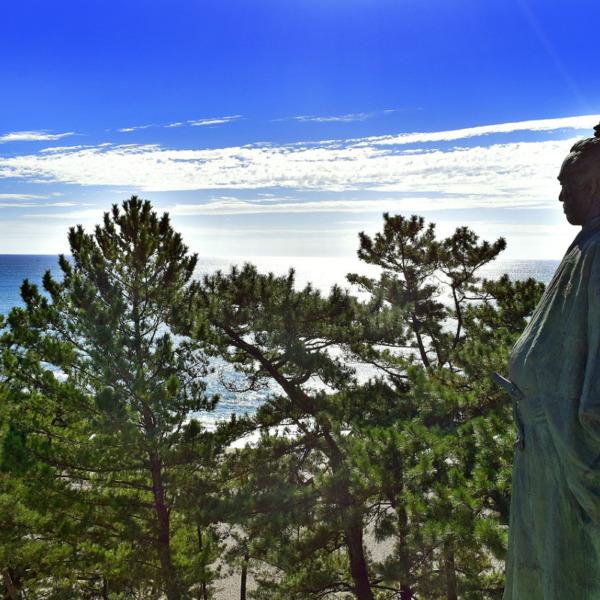 土佐湾を見つめる坂本龍馬像