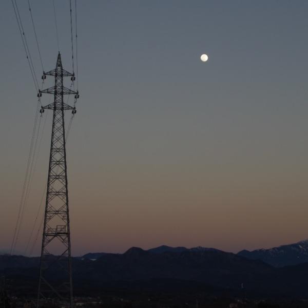 「夕暮れ時の月と鉄塔」