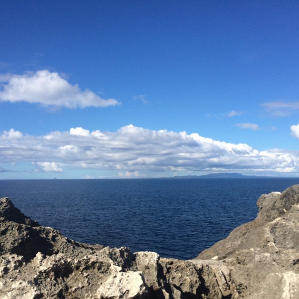 残波岬から望む伊江島と瀬底島?