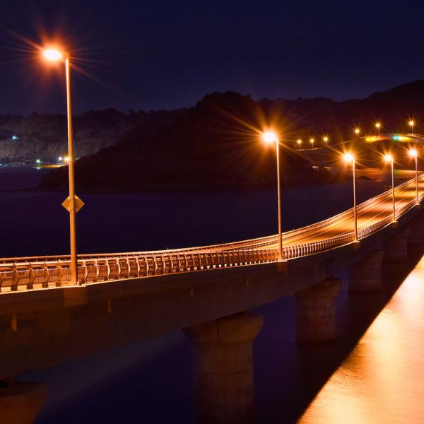 深夜に静まり返る角島大橋