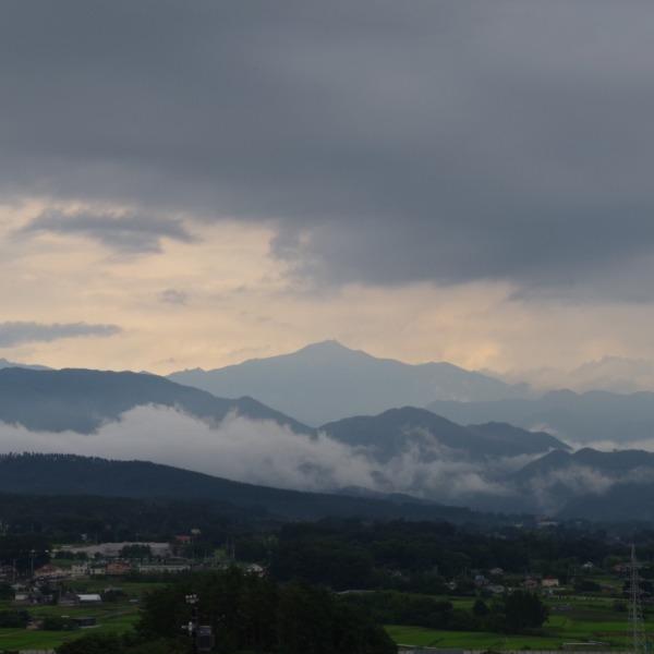 「雨上がりの夕空と金峰山」