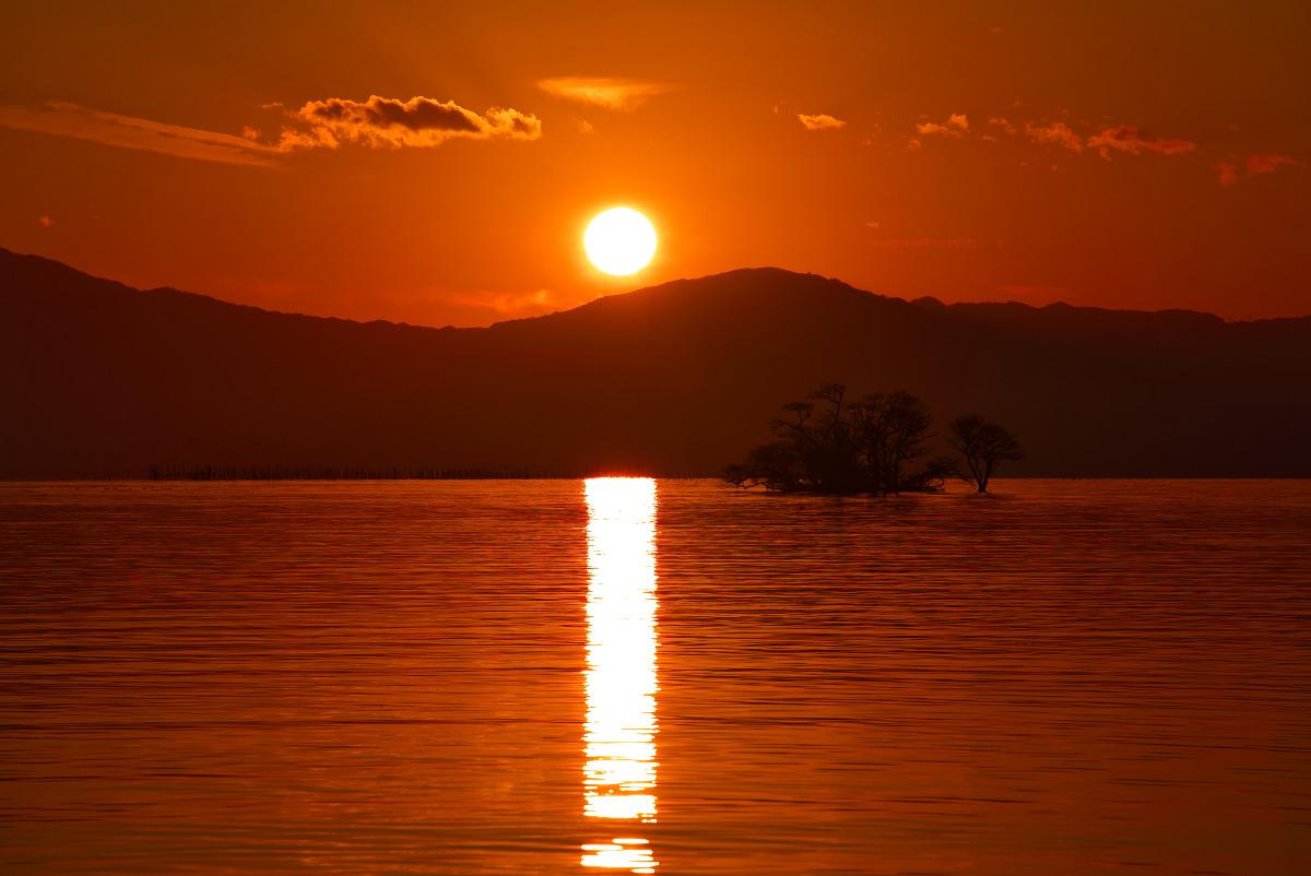 夕陽に照らされる琵琶湖