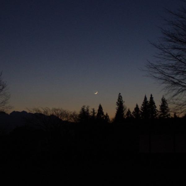 「夕暮れ時の細い月」