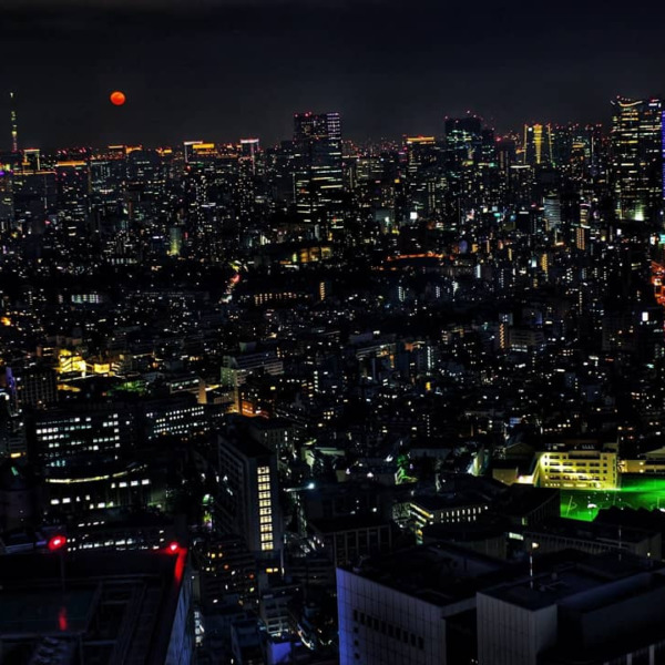 東京タワーと六本木ヒルズと紅い月とスカイツリー