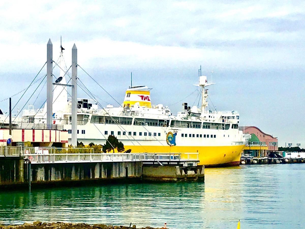 黄色い船腹