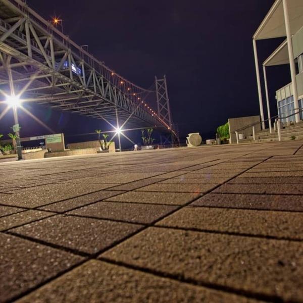 深夜の舞子公園と明石海峡大橋