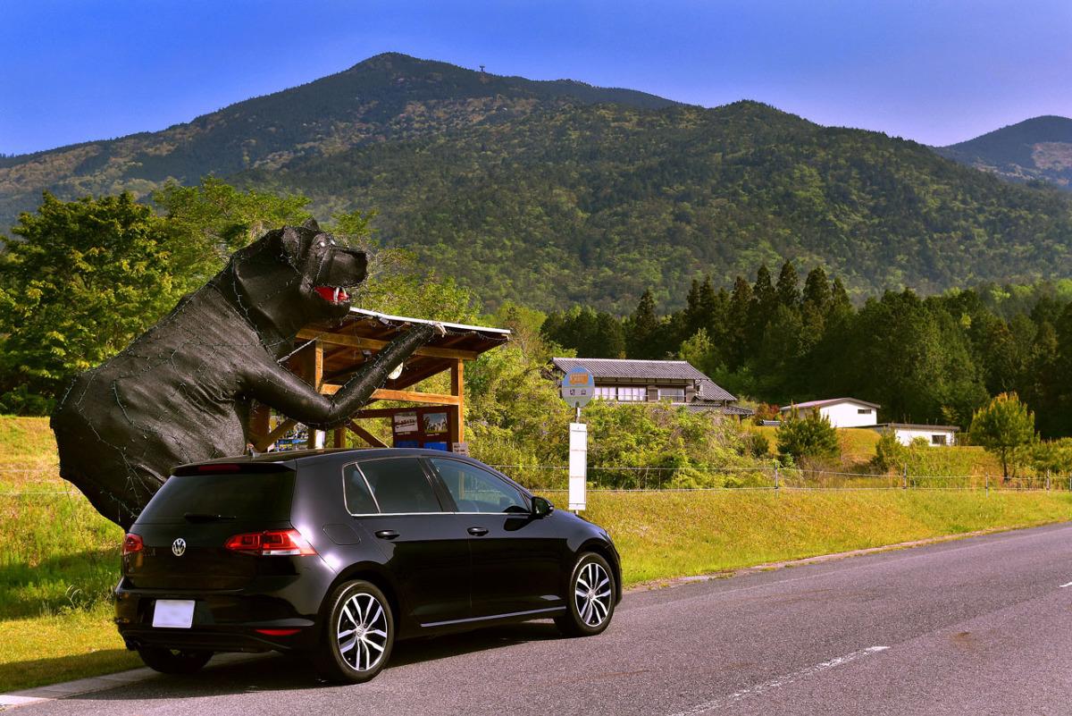 バス停に襲いかかる巨大熊