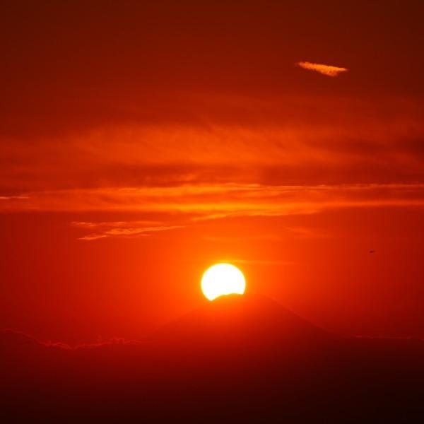 ダイアモンド富士2020/妬けた✨飛行機雲?