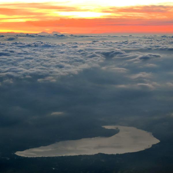 雲海の中に覗く未明の山中湖