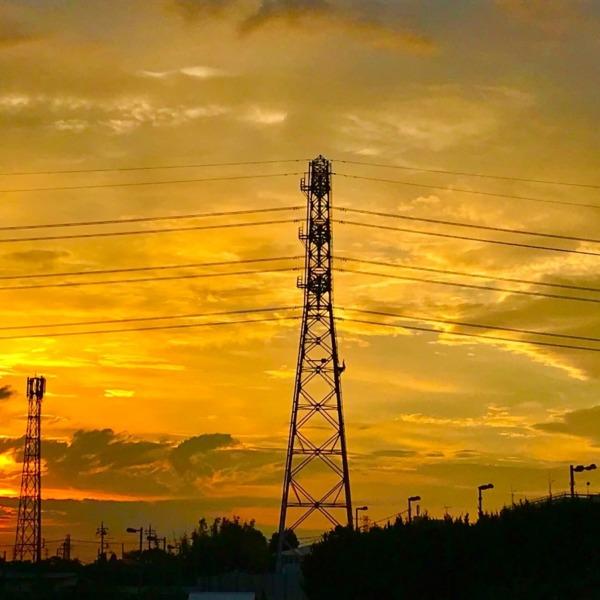 橙色の空と送電鉄塔