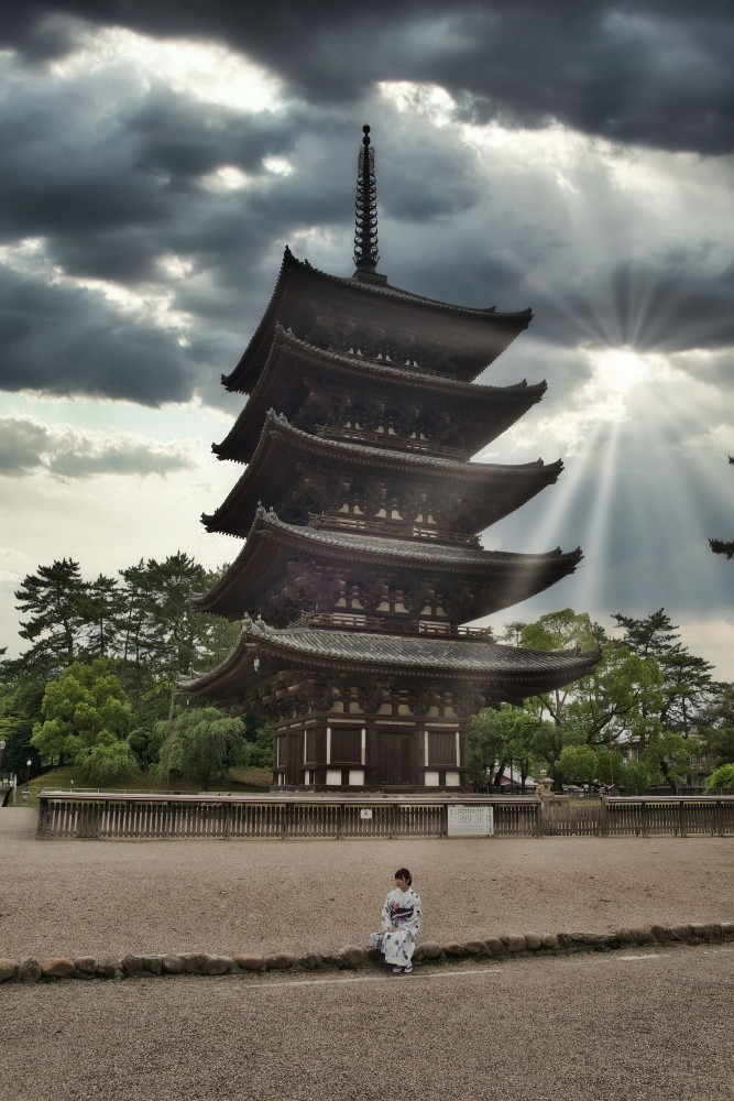 五重塔と和装の女性