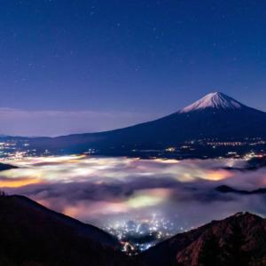 月下に佇む富士と雲海