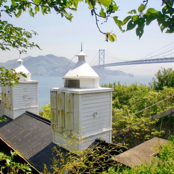 大浜埼灯台と因島大橋