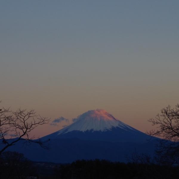 「夕暮れ時の富士山と笠雲」