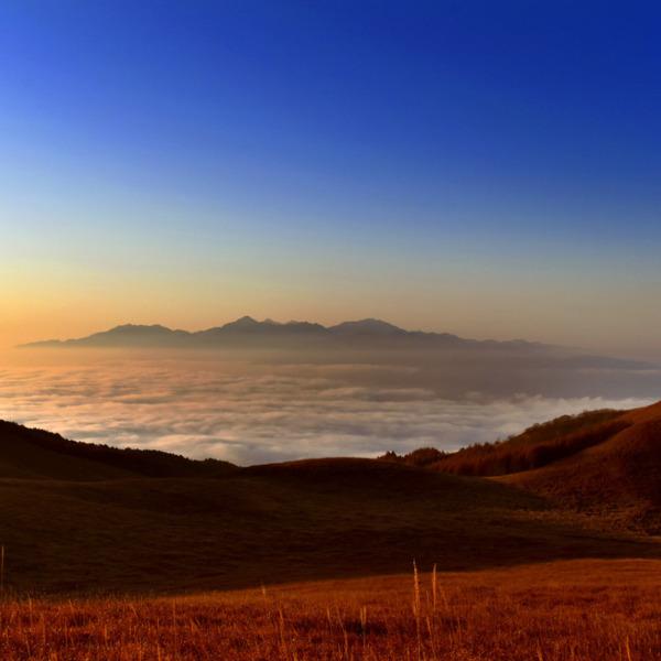 雲海に浮かぶ南アルプスの朝