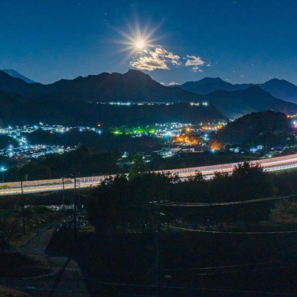 月明かりの中央自動車道光跡