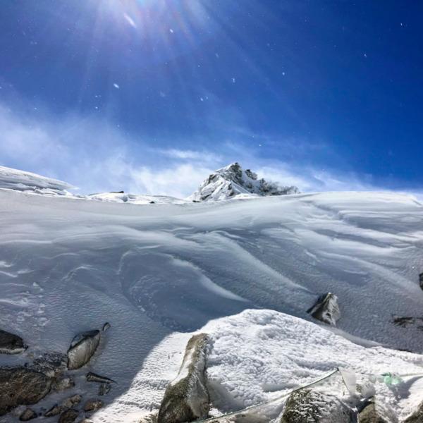 雪煙舞う冬晴れの宝剣岳