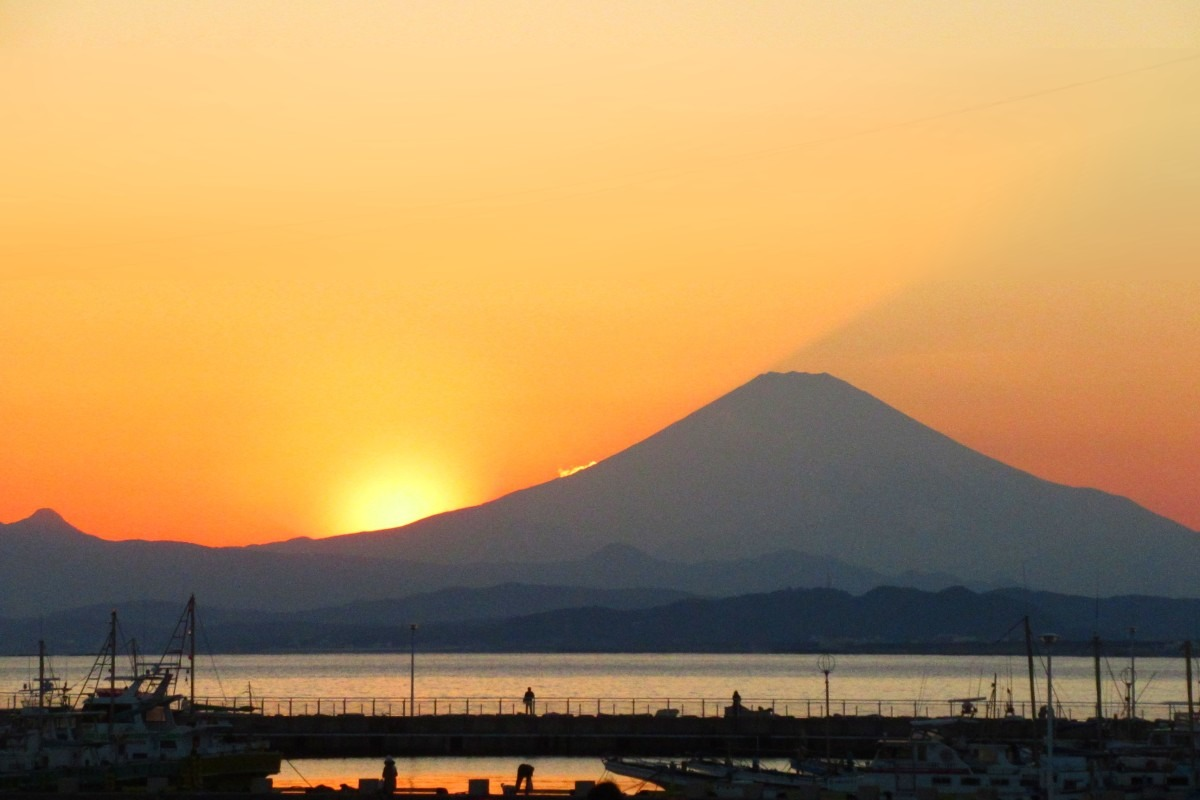 夕暮れの富士山と片瀬漁港
