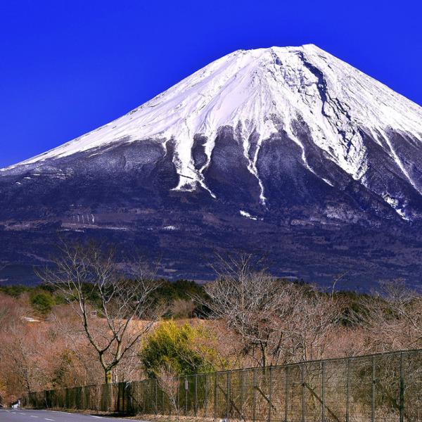 間近に迫る厳冬期の富士山