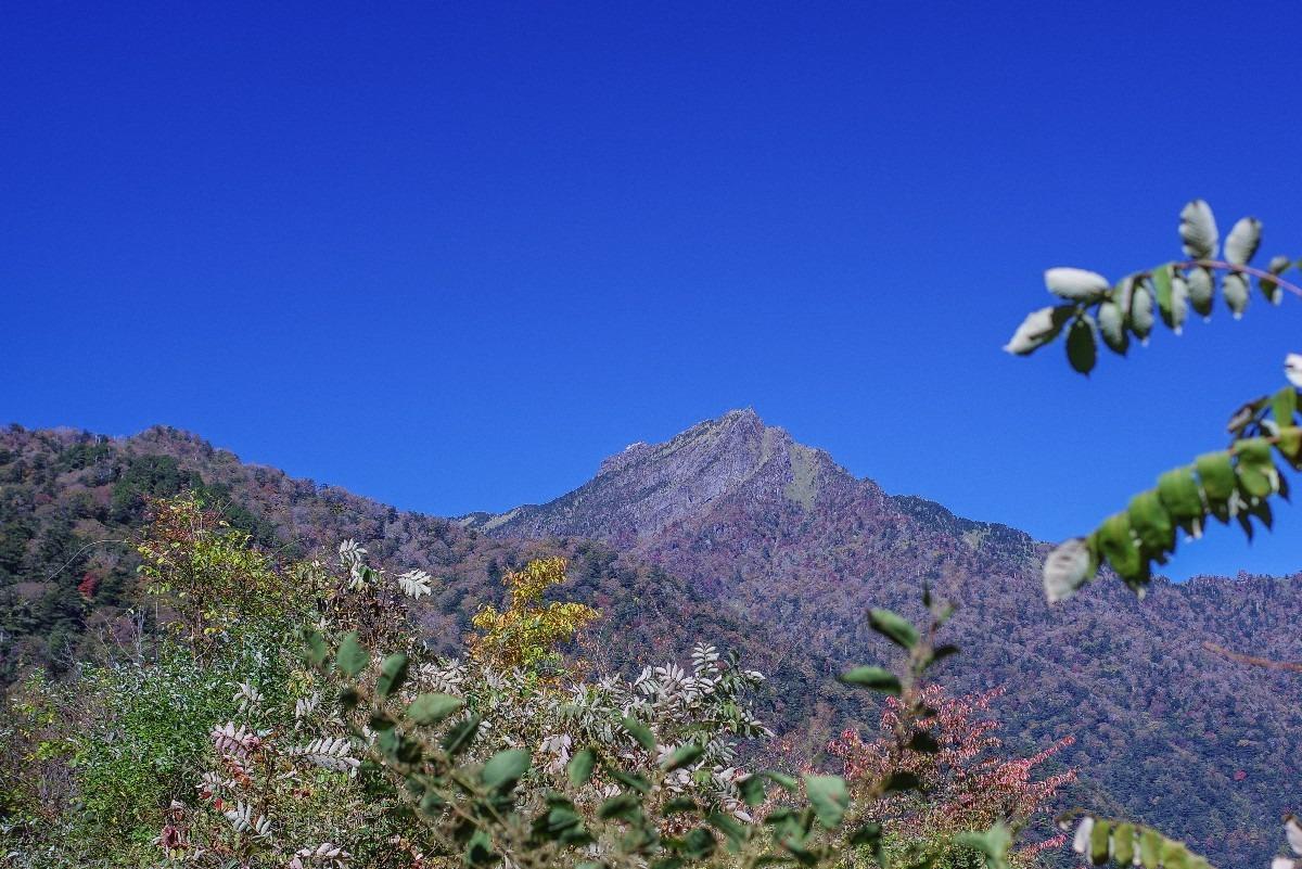 青空に映える『石鎚山』