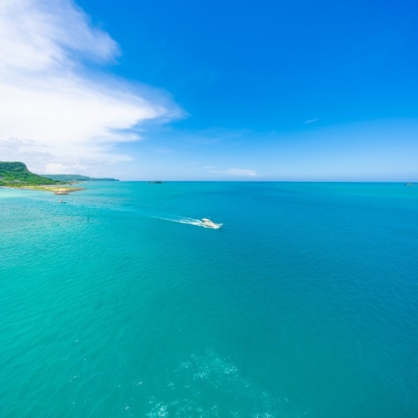 浜比嘉大橋から見た海と空