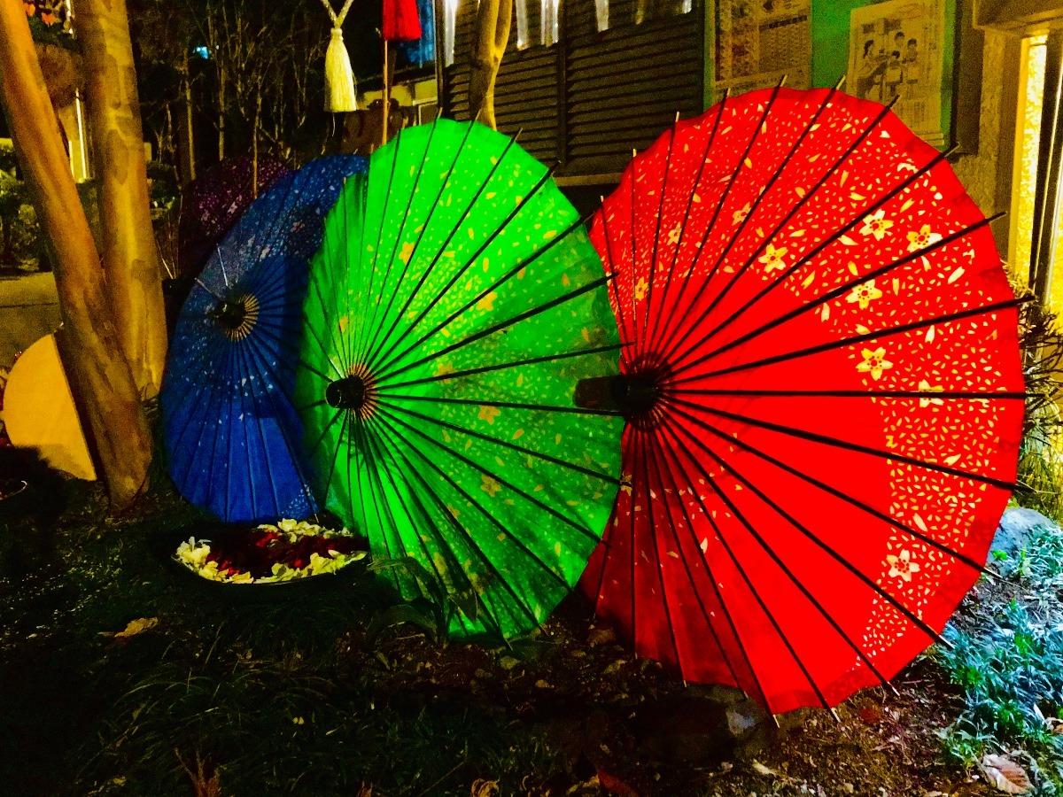 境内の唐傘三つ