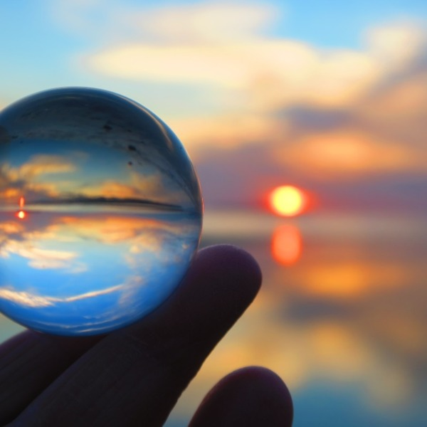水晶の中に夕陽と静かな世界