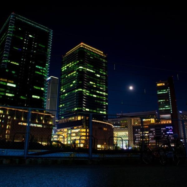 月明かりに照らされた梅田の夜景